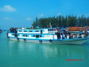 Kapal kayu yang mengantar penumpang dari pelabuhan Jakarta (di Pulau Jawa) ke Kepulauan Seribu.