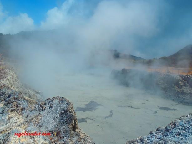 Kawah Sikidang dengan air lumpur yang bergolak mendidih.