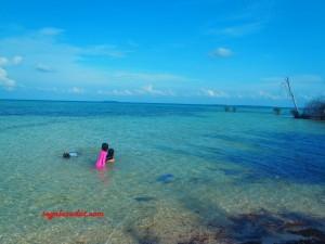 Pantai Pulau Tikus. Aman untuk anak kecil berenang-renang.