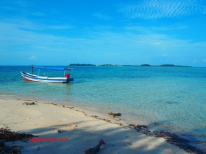 Pantai Pulau Tikus dan kapal sewaan yang mengantar snorkelingan dan menclok pulau. Karena kapalnya kecil tarifnya Rp250 ribu.