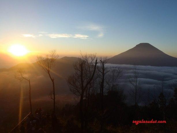 Matahari terbit terlihat dari puncak Sikunir