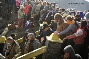Apa enaknya mengunjungi Bromo kalau pengunjungnya membludak kayak gini? Sumber: http://kuspriyatna.blogspot.com/2013/11/bromo-gunung-eksotis-di-jawa-timur.html