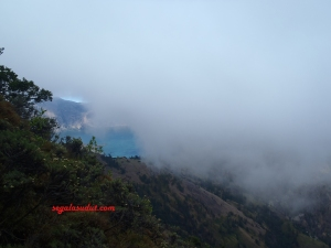 Danau kelihatan dari kejauhan. Kabut yang menutupi bikin makin bersemangat cepat sampai ke lokasi.