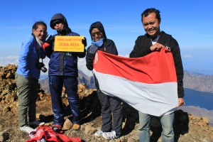 Teman-teman satu tim pendakian Rinjani 31 Okt-3 Nov 2013.