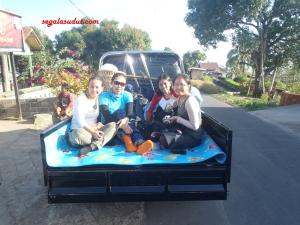 Diangkut pick up dari Desa Senaru ke titik awal pendakian di Desa Sembalun.