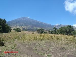 Gunung Rinjani dari area sekitar 1 km titik awal pendakian Sembalun.