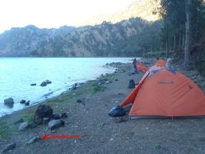 Deretan tenda kami di tepi danau. Bagian kiri sini lebih bersih.