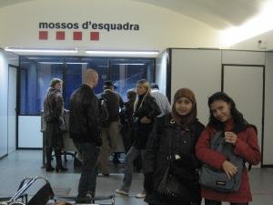 Kebayang kan betapa rawannya Barcelona. Di kantor polisi pun tas masih dikedepanin.