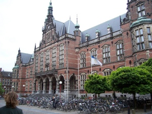 Penampangan gedung utama Rijksuniversiteit Groningen. (Sumber: http://www.internationalstudents.nl/university-groningen/)