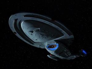 Penampakan USS Voyager dari bawah. Sumber : http://en.memory-alpha.org/wiki/File:USS_Voyager,_ventral_view.jpg