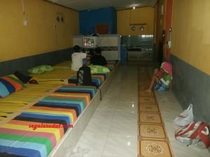 Salah satu kamar di Pondok Saluyu. Tarif Rp250 ribu per malam (low season). Kamar mandi di dalam, kloset jongkok, bak ember. Ada tv, kompor dan tempat cuci piring.