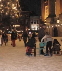 Anak-anak yang baru belajar skating memakai kursi sebagai alat bantu. (Groningen, 22 Desember 2007)