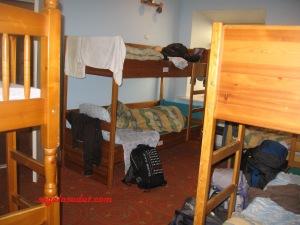 Kamar hostel di Vilnius. Menginap di hostel terbiasa meninggalkan tas dan barang bawaan di kamar begitu saja. Biasanya yang dibawa jalan-jalan hanya dompet/uang, paspor, hp/pad. Pakaian beserta ransel ditinggal di kamar.