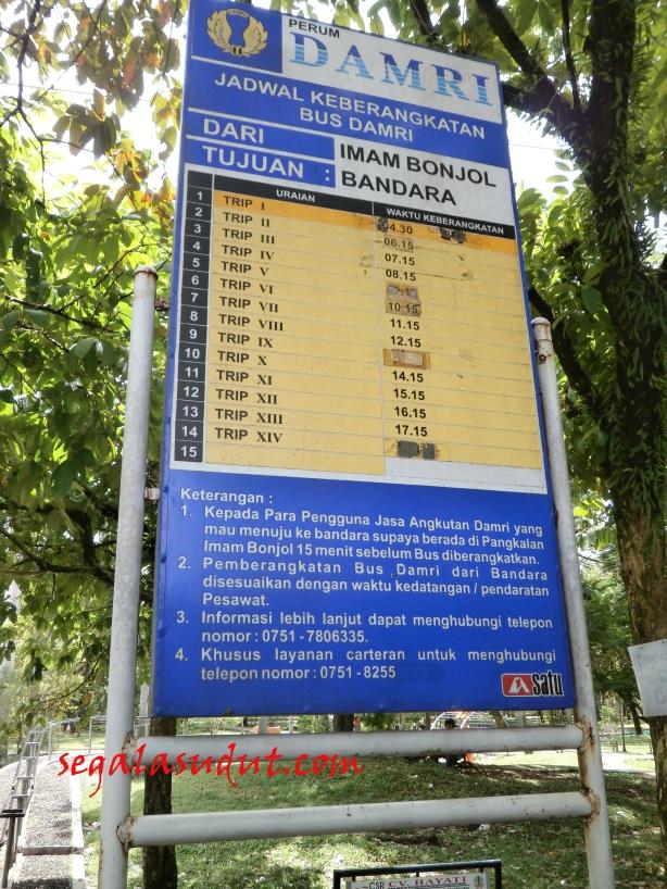Jadwal keberangkatan Damri ke bandara dari Taman Imam Bonjol, Kota Padang.