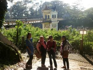 Tim Sumbar dengan latar belakang Jembatan Limpaper, sisi Fort de Kock, Bukittinggi.