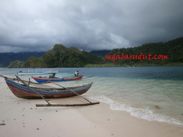 Pantai Pulau Pasumpahan dan cuaca mendung. 18 Agustus 2014