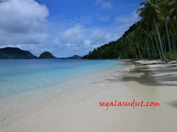 Pantai Pulau Pasumpahan dalam cuaca agak mendung. 18 Agustus 2014