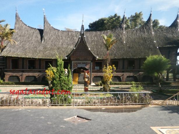 Replika Rumah gadang di Taman Margasatwa dan Dudaya Kinantan. 17 Agustus 2014