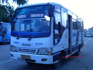 Damri jurusan Hanura-Piabung via Dermaga Ketapang, siap berangkat dari pool Damri. Tiap bus dilengkapi no kontak sopir. Untuk bus ini kontaknya 081273176444.