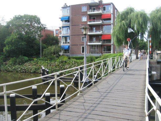 Salah satu jembatan yang melewati kanal di Groningen. Diambil dari album pribadi:https://m.facebook.com/windy.indriantari/albums/9376082557/?ref=bookmark