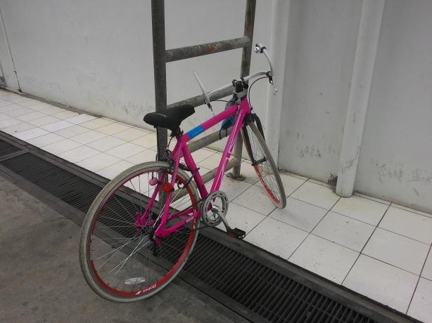 Di sini Loxi parkir saat di kantor. Ga ada tempat parkir khusus sepeda.